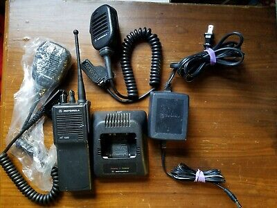 Motorola Ht1000 Uhf Radio H01rdc9aa3dn 403-470 Mhz With Charger And Microphone