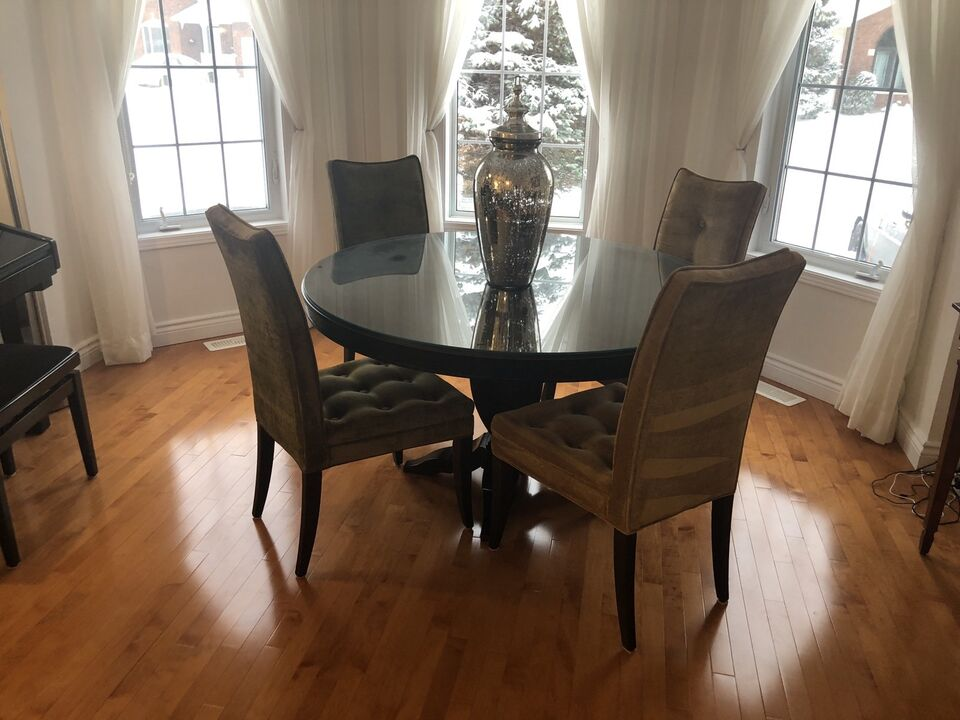 Dining Room Table with 4 Chairs in Excellent Condition ...