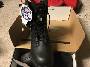 New Magnum Safety Boots size 8.5.