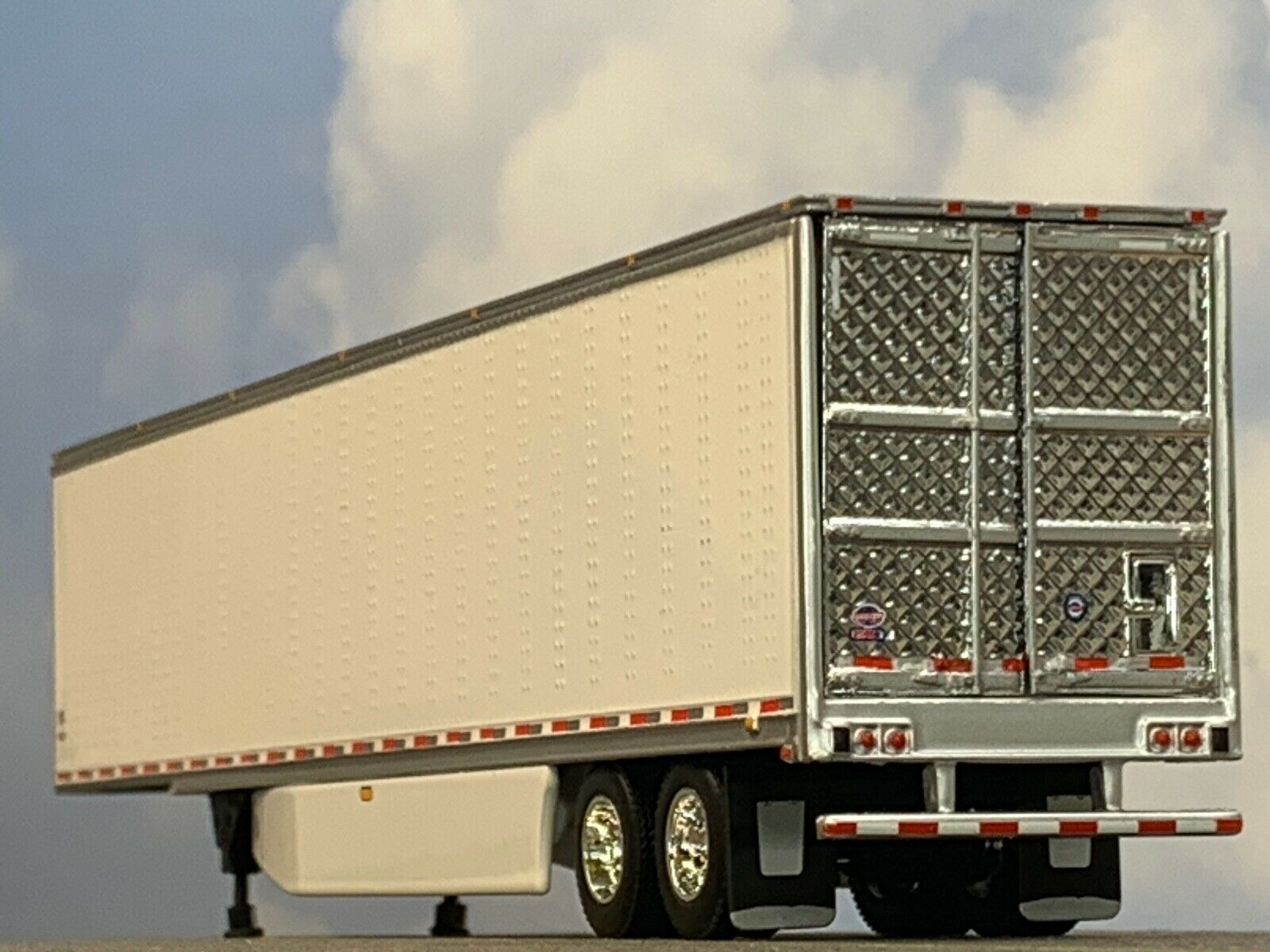 1/64 DCP WHITE 53' UTILITY 3000R W/ THERMO KING REEFER UNIT 1