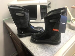 Brand new youth size 4 BOGS -30F
