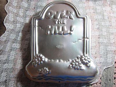 1995 Wilton Over The Hill Cake Pan, Halloween Graveyard Tombstone Grave - Halloween Cakes Graveyard