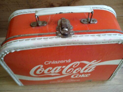 Coca Cola Rare Vintage Lunch Box Doll Bag Koffer Chlazená Osvezi Nejlépe 1970-