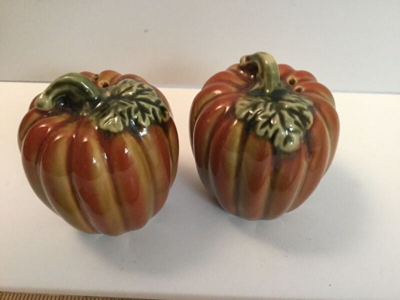 NEW Ceramic Pumpkin salt & Pepper Shakers Burnished Orange Green Glaze LOVELY