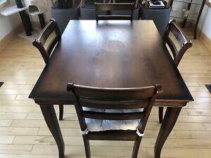Table de cuisine et ses chaises à vendre