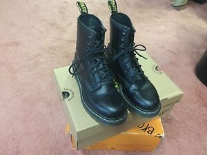 Black Dr. Martens SIZE 5 (worn out/distressed leather)