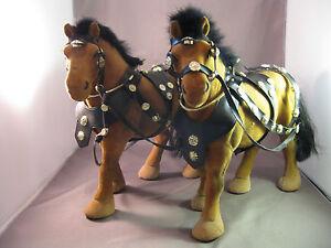 Zwei Pferde mit Pferdegeschirr