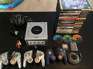 Nintendo GameCube with 20 games 3 controller and accessories.EUC