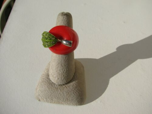 VTG.RARE HARD TO FIND FIGURAL RED LUCITE APPLE GREEN ENAMEL STONES RING SZ.6 1/2