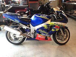 Moto Suzuki GSX-600 (Special Edition)