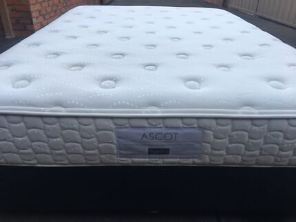 FREE DELİVERY QUEEN MATTRESS AND BASE IN EXCELLENT CONDİTİON