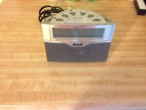 Duel alarm clock with AM/FM radio by RCA