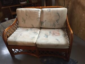 Adorable rattan love seat - mint condition