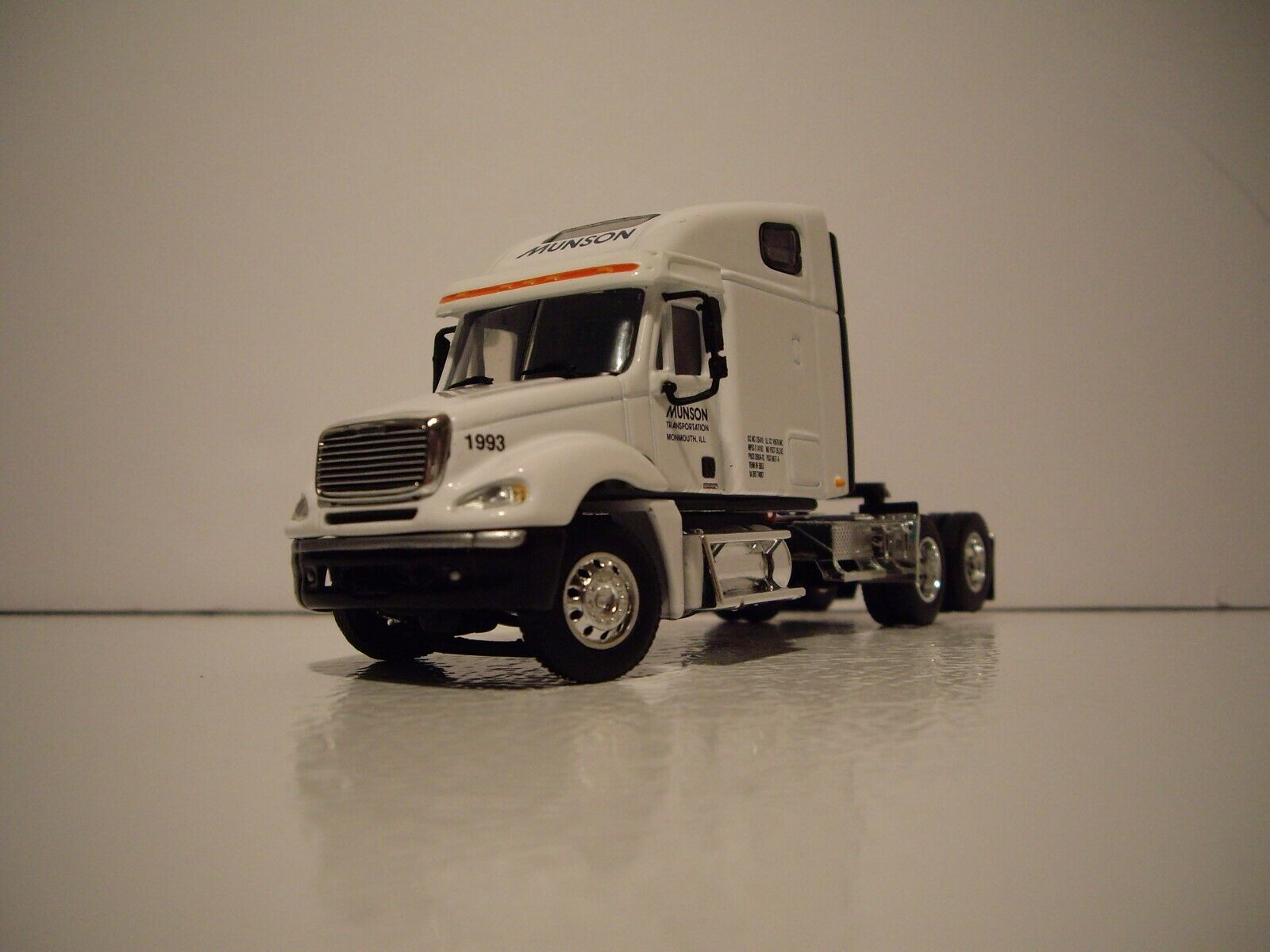 DCP 1/64 MUNSON TRANS FREIGHTLINER COLUMBIA WITH SLEEPER AND 53' DRY VAN 2