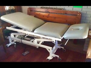 Electric lift therapy massage table