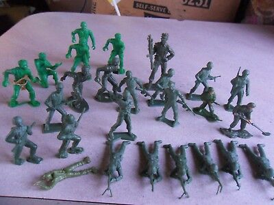 """Lot of 25 Vintage Plastic Toy Army Soldiers Men MPC & OTHER  2"""" Tall"""