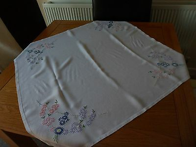VINTAGE WHITE COTTON EMBROIDERED MICHEALMAS DASIES TABLECLOTH 31in SQUARE 79 cm