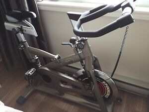 Vélo stationnaire de spinning comme neuf