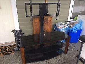 Tv stand hold up to a 65 in tv