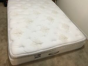 Like New Queen mattress / matelas - delivery