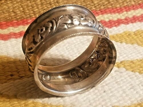 BEAUTIFUL 1902 STERLING SILVER NAPKIN RING w REPOUSSE DESIGN REYNOLDS & WESTWOOD