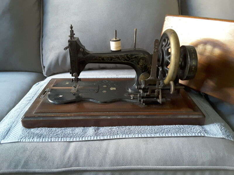 Late 1800s Vintage hand crank sewing machine