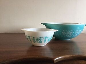 Collectable Pyrex mixing bowls - Amish blue and white