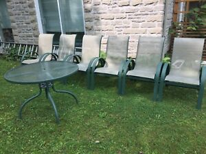 6 CHAISES DE PATIO ET TABLE - PATIO CHAIRS AND TABLE