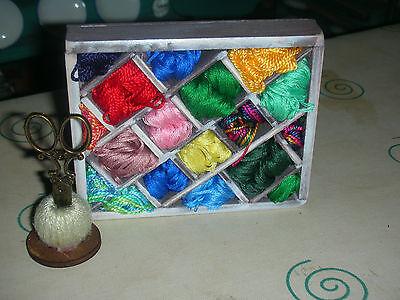 Miniatur-Nähregal mit Wolle für Puppenstuben 1:12/Catrichen