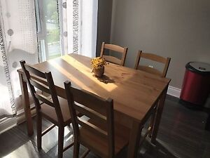 Table and 4 chair  100$