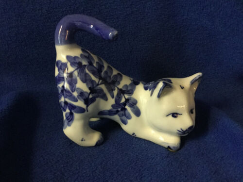 Vintage Delft Style Blue & White Playful Cat Figurine Dark Blue Waving Tail EXC