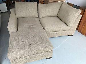Magnifique compact sofa.