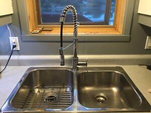 Évier de cuisine double avec robinet
