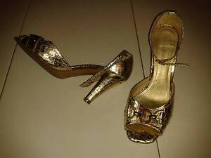 Gold high heel shoes Waterford West Logan Area Preview