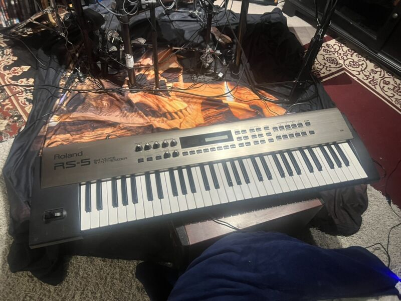 Roland RS-5  64 Voice Keyboard Synthesizer 61-Key - Nice !. LOOK