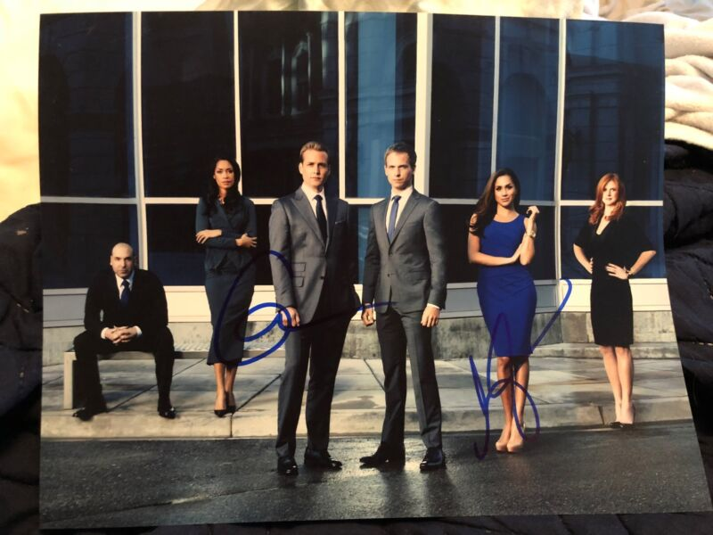 MEGHAN MARKLE SIGNED SUITS CAST 11X14 PHOTO! SARAH RAFFERTY GABRIEL AUTOGRAPH