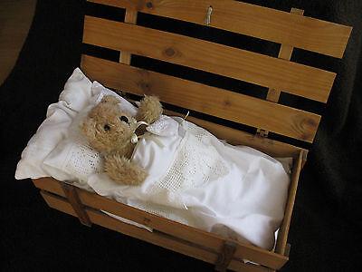 Teddybär,weicher Ty-Bär,HERMANN,im Bettchen liegend,Holzkiste von Hermann,Coburg
