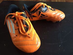 Youth kid soccer shoes with cleats