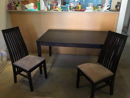 Dining Room Table with 6 chairs - great condition!