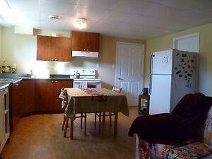 Une chambre avec cuisine, salon. Meublée. Chauffé/ éclairé.