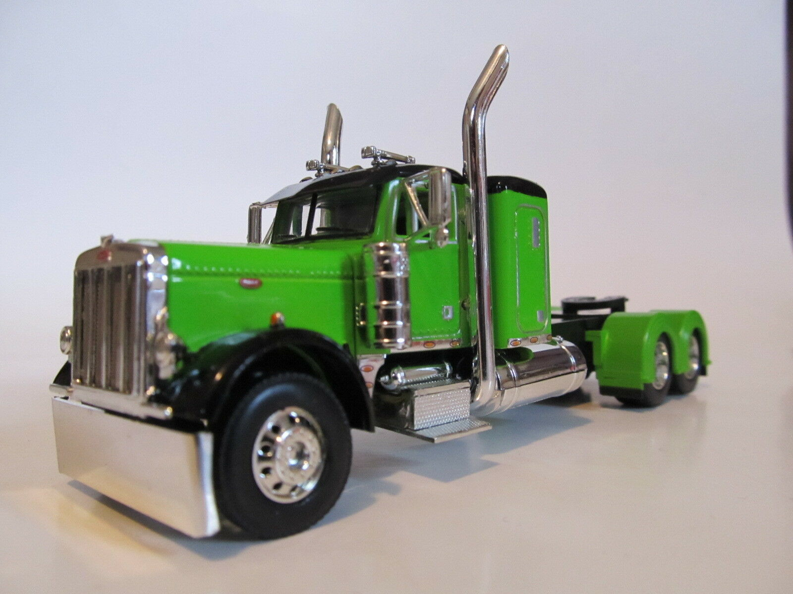 DCP 1/64 SCALE 379 PETERBILT SMALL BUNK LIME GREEN WITH BLACK TOP