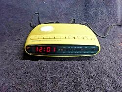 Soundesign - Vintage Radio Alarm Clock AM/FM Model 3653-IVY. In Good Condition!