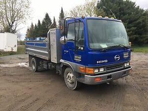 Camion hino dompeur