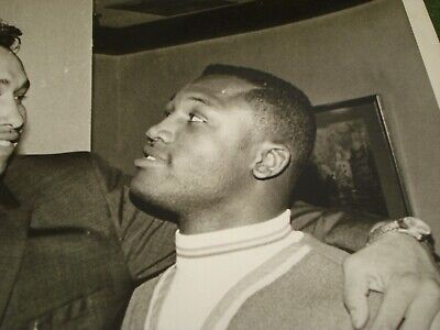 1968 JOE FRAZIER AND MANUAL RAMOS PRE-FIGHT PRESS PHOTO