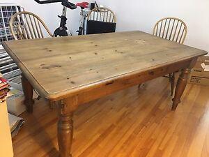 Grande table et chaises en bois
