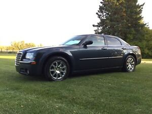 BEAUTIFUL CHRYSLER 300  LOW KMs