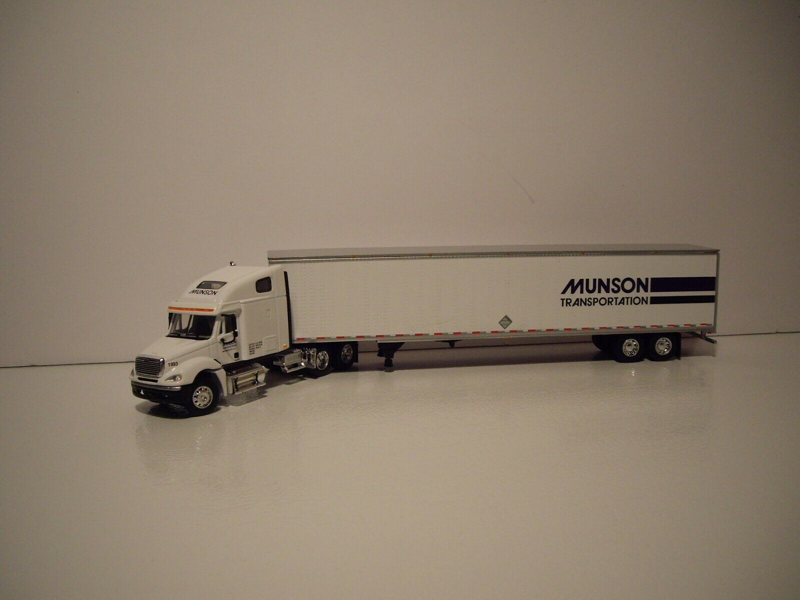 DCP 1/64 MUNSON TRANS FREIGHTLINER COLUMBIA WITH SLEEPER AND 53' DRY VAN