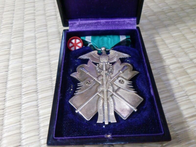 WWII Japanese 6th class Order of Golden Kite with wooden box Medal Badge Ordre 1