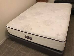 Like New Queen bed / lit - delivery