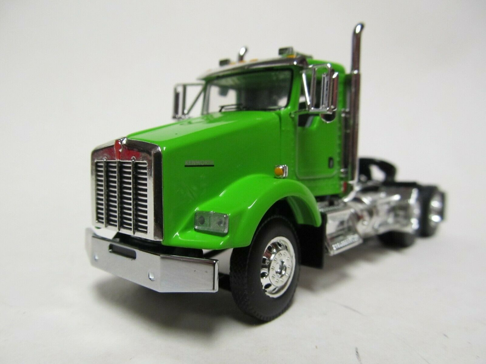 DCP / FIRST GEAR 1/64 SCALE T-800 KENWORTH DAY CAB, LIME GREEN, YELLOW ENGINE